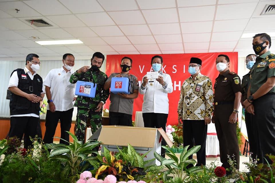 Gubernur Kepri Isdianto menyerahkan perlengkapan vaksinasi Covid-19